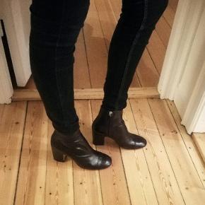 Støvletter fra Zara, imiteret læder/skin med glat overflade, som giver shine look.  Aldrig brugt stadig plastik som tages af under sålen.  Jeg får dem ikke brugt, da jeg er dårlig til høje sko.  Ny pris 499