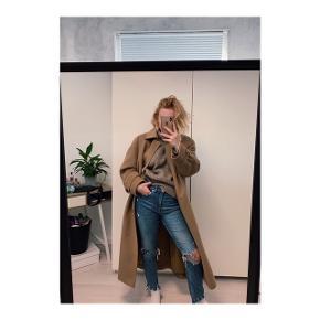 Frakke købt i genbrug fra Hensel & Mortensen.  Der står ikke størrelse jakken, men svarer ca til en L eller XL.