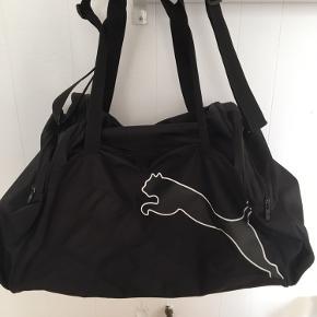 XL sportstaske rummer 75-80 liter og måler ca.35x29x73 cm (HxWxL). Har et stort rum og to mindre - et i hvert ende. Fremstår som ny.