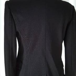 Super flot jakke i kraftig kvalitet, med fine detaljer. Beige satinfoer. Bryst 50/ længde 60/ ærmelængde 64  Køber betaler fragt