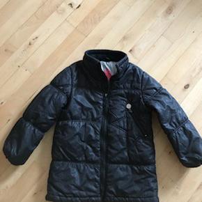 Næsten som ny lækker sort varm kvalitets vinterjakke fra Molo.  Kig endelig forbi mine andre annoncer.   Kan hentes på Amager/ Avedøre eller sendes mod betaling