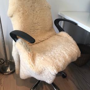 Skrivebordsstol / kontorstol sælges billigt grundet flytning. Har lidt ridser på armlænene, men er ellers i god stand. Lammeskind medfølger ikke.  Afhentes i Aarhus C. Bud modtages gerne!