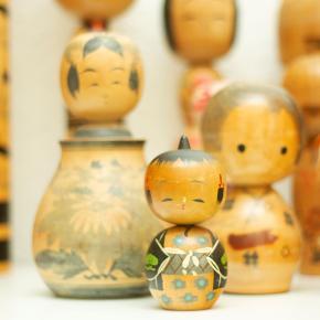 Små Kokeshi dukker. 1960 - 1985 vintage Japanske Kokeshi dukker i træ. Flotte dekorative og originale, købt i Japan.  Oprindeligt var de tiltænkt som legetøj, men har siden udviklet sig til souvenirs og endda samle objekter.   Op til 18 cm koster 100 kr pr stk.  Send evt bud. Lager haves