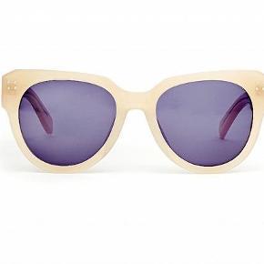 Brand: FWSS (Fall Winter Spring Summer) Varetype: solbriller *helt nye* Størrelse: one size Farve: nude Oprindelig købspris: 1500 kr.  Supersmarte retro-inspirerede solbriller.  Farven er nude/lys beige.  Helt nye.  Bytter ikke. Se også mine andre annoncer.