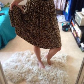 Smuk leo-print nederdel, fra Ganni. Stoffet er blødt, og elastisk. Nederdelen har lommer. Sælges, fordi den ikke passer mig helt desværre :/