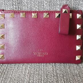Valentino-pung i god stand med rockstuds i rødt kalveskind. Sælges i original emballage.  Mål: 13 x 8 cm