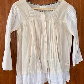 Blusen er størrelse 0, men jeg, som er størrelse 1/2 kan godt passe den. Farven er et mix af hvid - ærmer og bort forneden - og råhvid. Prisen er ekskl. porto.
