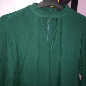 Flot meget mørkegrøn skjorte fra MbyM i str. S. Velholdt #30dayssellout