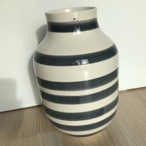 Kähler vase  - hvid med grå striber   Størrelse: 30 cm  Fremstår uden skår