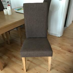 Samlet pris for 8 stk spisebordsstolePæne og velholdt Har ingen huller eller slitage mærker Fra ikke-ryger hjem