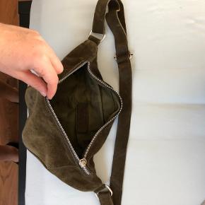 Rigtig lækker ruskind taske - som er godt brugt! Der er ingen slitage på den, så egenligt ser man ikke den er brugt godt! Indeholder et stort rum! :)