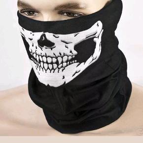 Dødningehoved masker. Halsedisse/bandana. Pris: 1stk = 30,- 2stk = 55,- 3stk 75,-  Porto = 9,- (1-2 stk.) 18,- (3-5 stk.)