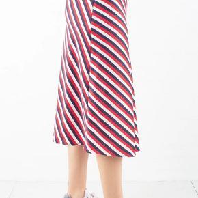 Résumé Nanny nederdel, str. 34, aldrig brugt.  Nederdelen er lavet i en fin A-facon med en lille usynlig lynlås i siden. Du kan style nederdelen både til hverdag eller fest med en sej t-shirt eller en flot bluse.   Modellen på billede 1 er 170 cm og bruger en størrelse small.   Materiale: 100% Recycle polyester. Livvidde: 32 x 2 cm. Længde: 75 cm. lang.  Værdi: 800 kr. Pris: 170 kr. eller bud :-)