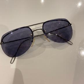 Velholdte Gucci-solbriller. Kan både bruges til kvinder og mænd. Har ikke kvittering, men har box. Se billeder.