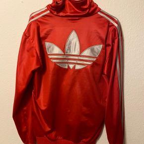 Fin rød Adidas trøje den er lidt slidt på lynlåsen, men ellers i god stand✨