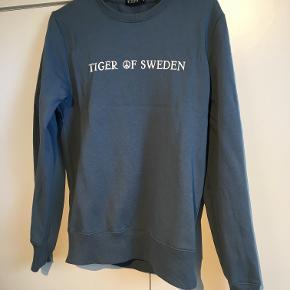 Tiger of Sweden HUBERTZ - Sweatshirts - mist blue. Størrelse: Small, Nypris: 1.099 kr, kvitteringen haves ikke længere. Vasket én enkel gang ellers som ny. Bud løs!