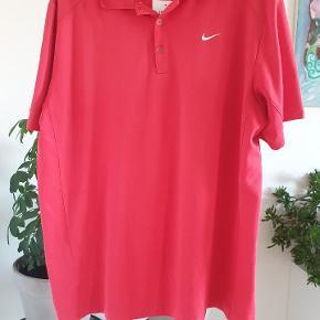 Polo fra nike golf, fremstår som ny. Rabat gives ved køb af flere forskellige dele.