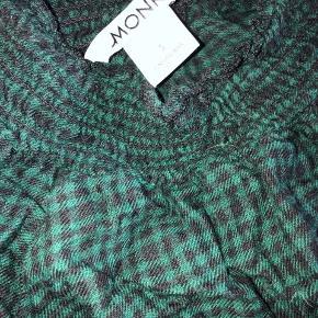 Super fin og cool cropped bluse i mørkegrønne tern. Halsen er høj og med elastik. Sælger da jeg aldrig bruger den.