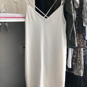 Sælger denne fine kjole fra Topshop i str 38 Aldrig brugt Prisen er ekslusiv fragt:)