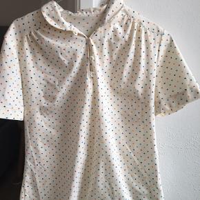Sød vintage T-shirt! Størrelse fremgår ikke, men vil gætte på stor S lille M :)🌷🌻