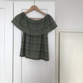 Grøn no-shoulder top. Aldrig været brugt.