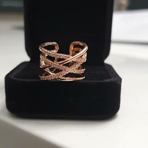 Sølv ring Pris : 120 DKK  Super fed og trendy ring i 925 sterling sølv . Ringens længdeer 6,2 cm men den kan justeres både ud og ind.