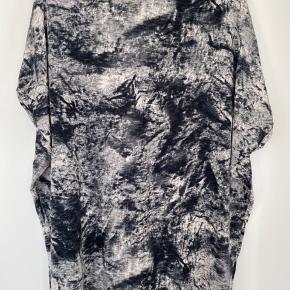 Fin oversize t-shirt/kjole fra Mags Magasin. 100% Viscose. Længde ca. 76 cm.