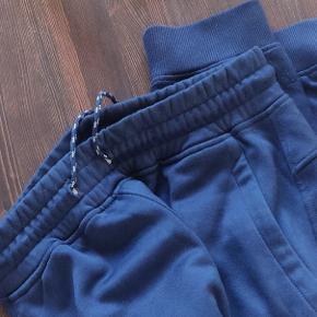 Rigtig fede og bløde blå joggers fra under armour. De er som nye uden fejl eller andet.   Størrelse small:  Ny pris 400kr  Kan ses/hentes i Hillerød eller sendes Se gerne andre annoncer