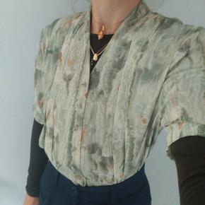 Fin vintage skjorte, fejler intet men får ikke brugt.  Søg: Zara, Ganni, Mads Nørgaard, Asos, vintage, silke.