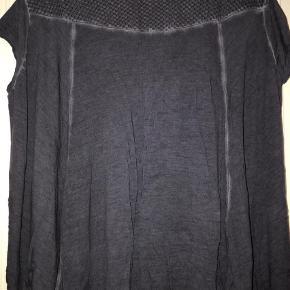 Varetype: T-shirt Farve: Blå Prisen angivet er inklusiv forsendelse.  Fin t-shirt med god vidde.    Bm ca 2x67 cm    Hel længde ca 63 cm og 5 cm længere bagpå.    Bytter ikke