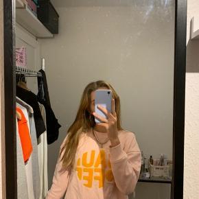 Rig fin sweatshirt  Nypris var ca 600kr Jeg tænker omkring 150kr Men bare byd  Kig gerne på mine andre opslag da der er mængderabat, jeg har en masse god ting til salg