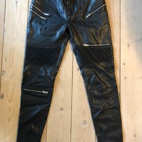 Brugt få gange. Imiteret læder bukser fra Zara. Passer en str. 34-36. perfekt. De giver sig nemlig.