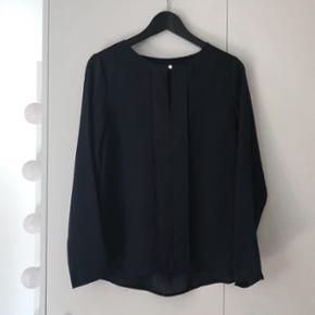 Super fin mørkeblå skjorte i silkelook med lille slids i toppen.  Str 38, Kun brugt nogle få gange! 🌸
