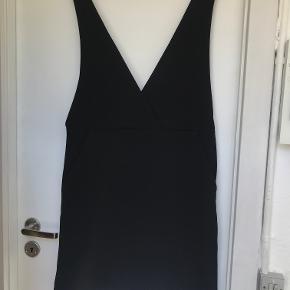 Kjole fra H&M med brede stropper og dyb udskæring. Brugt en enkelt gang.   Kan afhentes i København K eller sendes gennem handel på Trendsales 🌸  Se også mine andre annoncer  🌸