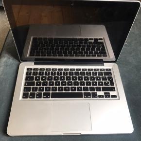 """Meget velholdt 13"""" MacBook Pro fra 2012  - Processor: 2,5 GHz Dual-Core Intel Core i5 - Hukommelse: 4 GB 1600 MHz DDR3 - Grafik: Intel HD Graphics 4000 1536 MB - Serienummer: C02J78U1DTY3  Original oplader medfølger købt i januar 2020. I november 2018 fik den ny harddisk, harddiskkabel og blev opdateret til det nyeste styresystem. Den virker fuldstændig upåklageligt 😊"""