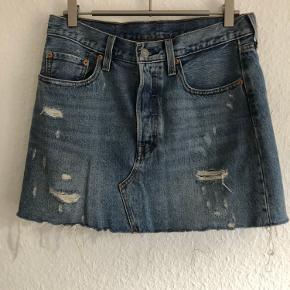 Levi's nederdel i str. 28.  Sender gerne flere billeder, tager mål mv.   Byd :)