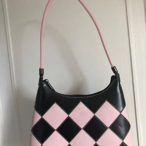 Daniela Moda taske. Købt på en rejse og kan ikke fås mere. Tasken er aldrig brugt. Sælger pga at den ikke bliver brugt. (Skriv for flere billeder)