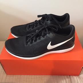 Nike Flex.  Fuldstændig ubrugte. Original æske medfølger ved afhentning i Kbh. K. Sender også meget gerne men uden æske.