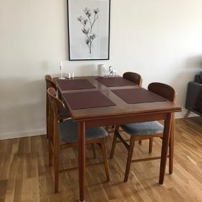 Teaktræ. Spisebord med hollandsk udtræk. Sælges med 4 stole (gråt betræk).  Længde: 135 cm Bredde: 85 cm Højde: 74 cm Længde m. udtræk: 267 cm