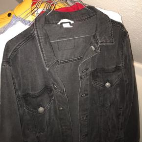 Forbasket sort denim jakke, brugt få gange