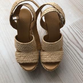 Sandaler i en en blød tekstilflet fra POLO Ralph Lauren, med en plateau hæl, der gør dem lette at gå i. Købt i Hamburg i sommers. Nypris 1850 kr/250 €. BYD gerne 😊