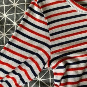 Stribet langærme fra pieces i t-shift i rød, hvid og blå. Kun brugt et par gange. Fremstår helt som ny! Np ? IKKE rygerhjem. Tjek også mine andre annoncer