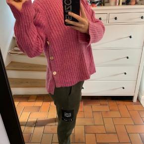 Jeg sælger min strik fra Julie Fagerholt i pink. Det er en str M, og er true to size. Det er en super lækker og varm pink farve, og den er brugt meget få gange!  Nyprisen er 2.200,- så jeg vil gerne så tæt på nyprisen som muligt. Derfor kun seriøse bud, tak.
