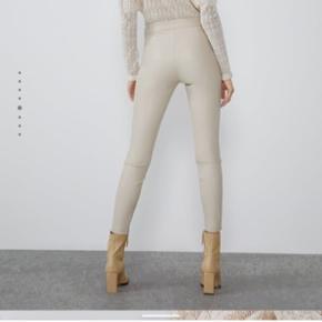 Helt nye bukser i imiteret skind. Jeg fik købt den forkerte størrelse, hvorfor jeg sælger dem.
