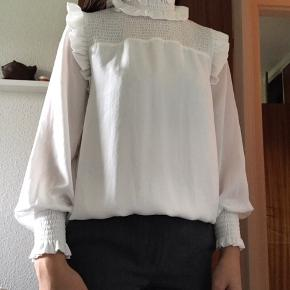 Brugt og vasket i neutral en gang.  Super fin skjorte, som især er flot til nederdel eller højtaljede bukser.