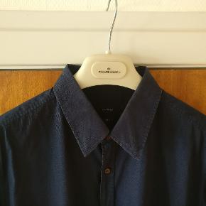 Klassisk mørkeblå skjorte fra Gucci, slim fit model str. 44/17,5 hvilket lander på XL. Sidste billede er bedste farve gengivelse