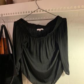 Sælger denne flotte off shoulder trøje.  Det er en str XS, og den er brugt få gange