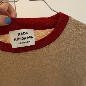 Super fin trøje fra Mads Nørgaard med tyld i bunden og rød deltage ved halsen.