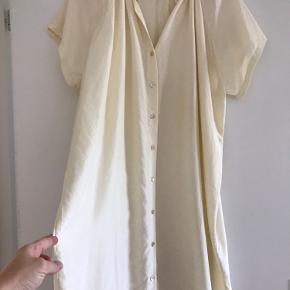 Helt ny silkekjole fra premium collection Forkortet ærme og krave  Kun prøvet på men endte med en anden til en fest så er derfor i super stand 100% blød silke