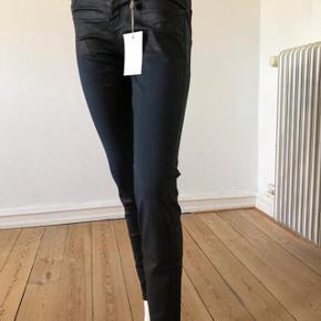 De fabelagtige jeans fra Current Elliot. model: THE STILETTO. Bløde og lækre med unik design. Man kan fornemme kvaliteten og faktum at disse jeans er designer jeans. Fantastik pasform, skinny, coated denim. Sort og mørkeblå farve.  Aldrig brugte. se mål: talje: 70 cm. hofte: 88 cm. længde: 92 cm. byttes ikke
